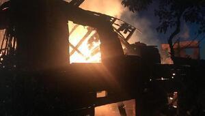 2 katlı ahşap ev yandı, dede-torun yaralandı