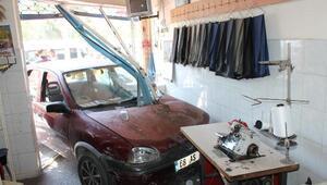 Kaza yapan otomobil, terzi dükkanına daldı: 1 yaralı