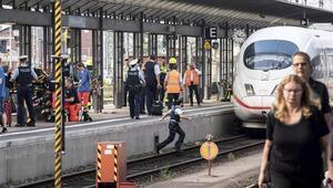 Almanyada kan donduran olay: Raylara itilen anne kurtuldu, çocuğu öldü