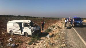 Tarım işçisi göçmenleri taşıyan minibüs takla attı: 2 ölü, 20 yaralı