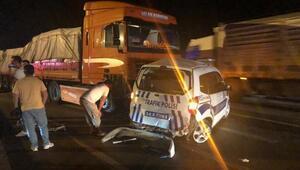 Meşrubat yüklü TIR, trafik polislerinin aracına çarptı: 1 polis yaralı