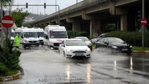 Trabzonda sağanak yolları göle çevirdi