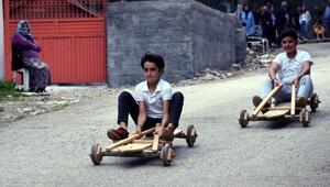 Osmaniyede çocuklar tahta arabalarla yarıştı