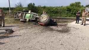 Trenin çarptığı traktörün sürücüsü öldü
