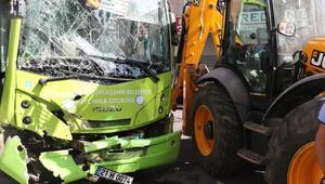 Halk otobüsüyle iş makinesi çarpıştı: 5 yaralı