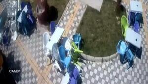 Şiddetli rüzgar, parkın masa ve sandalyelerini uçurdu