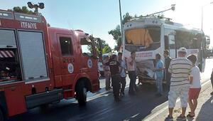Antalyada midibüsle kamyonet çarpıştı: 15 yaralı