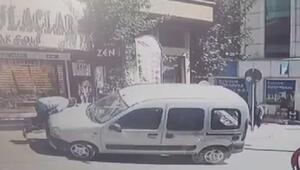 Kaldırıma çıkan hafif ticari araç, bebek arabasına çarptı