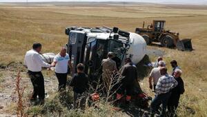 Beton mikseri devrildi, şoför yaralandı