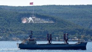 Rus askeri kargo gemisi ve askeri römorkörü Çanakkale Boğazından geçti