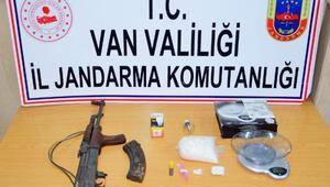Vanda eve yapılan baskında silah ve uyuşturucu ele geçti