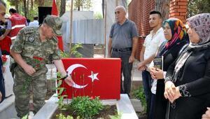 Osmaniyede şehitlerin mezarlarına karanfiller bırakıldı