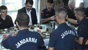 Bakan Kurum, askerlerle bayram kahvaltısı yaptı