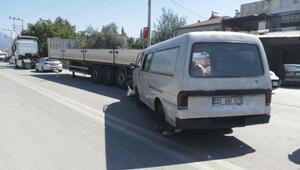 Park halindeki TIRa çarpan panelvan minibüsteki 7 kişi yaralandı