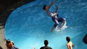 Vanda sıcaktan bunalan çocuklar, süs havuzunda serinledi