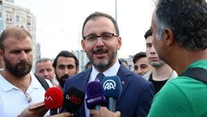 Gençlik ve Spor Bakanı Kasapoğlu Taksim Meydanında taraftarlarla buluştu