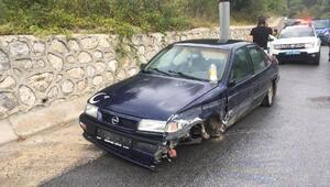 Lastiği fırlayan otomobil bariyerlere çarptı 2 yaralı
