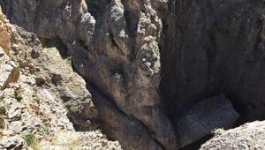 3 teröristin öldürüldüğü operasyonda askerler, halatla mağaraya tırmanmış