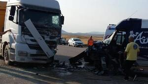 TIRa çarpan minibüsün sürücüsü öldü