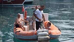 Akıntıya kapılıp sahile dönemeyen iki kişiyi polis kurtardı
