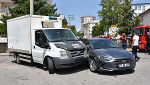Sivasta, otomobil kamyonetle çarpıştı: 4 yaralı