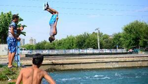 Çocuk ve gençler sulama kanallarında serinledi