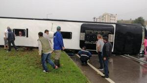 Çanakkalede yolcu otobüsü devrildi; yaralılar var
