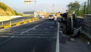 Kavşakta duvara çarpan otomobil yan yattı: 2 yaralı
