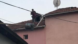 Camları kırdı, eşyaları yaktı Elinde baltayla çatıya çıktı...