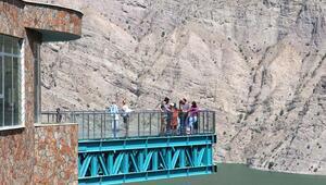 Türkiyenin en uzun cam terası adrenalin tutkunlarını cezbediyor