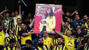 Fenerbahçeli taraftarlardan Dilay Kemere büyük destek
