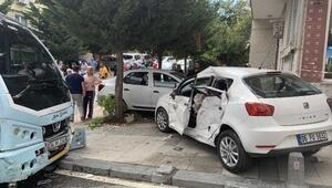 Ümraniyede minibüs ile otomobil çarpıştı; 1i bebek 6 yaralı