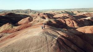 Iğdır'ın 'Gökkuşağı Tepeleri' turistlerin ilgi odağı