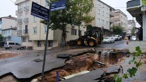 Kocaelinde sağanak; ev ve iş yerlerini su bastı, yol çöktü