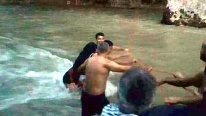 Irmak suyu yükselince mahsur kalan piknikçileri itfaiye kurtardı