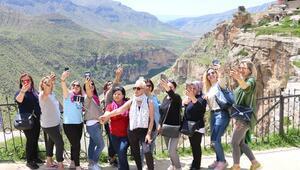Turistlerden Delikli Taşa yoğun ilgi