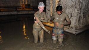 Kapadokyada mağarada çamur banyosu
