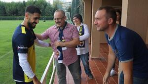 Koray Şenerin ailesi Fenerbahçe idmanını ziyaret etti