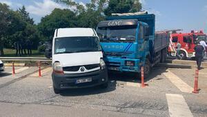 Tuzlada kamyon, yolcu minibüsüne çarptı, 3 kişi yaralandı