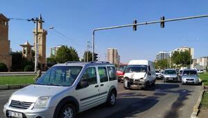 Minibüs, hafif ticari araca çarptı; Hüseyin bebek ile 3 kişi yaralı