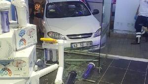 Kontrolden çıkan otomobil mağaza camlarına çarptı