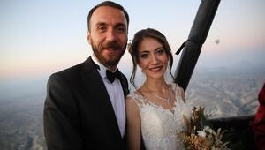 Evlilik imzalarını gökyüzünde attılar
