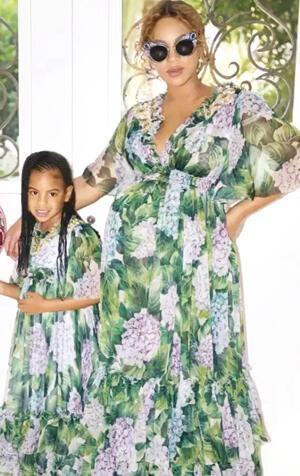 Anne-kız bir örnek giyinmeli mi