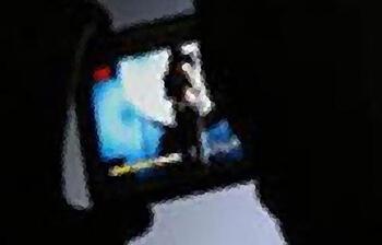 Bir kadın hareketlerinden şüphelendi! Sapığın gizli kamerası ayakkabısından çıktı