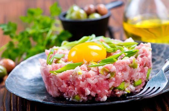 Farklı bir lezzet arayanlar çiğ et yemeği tartarı denemeli
