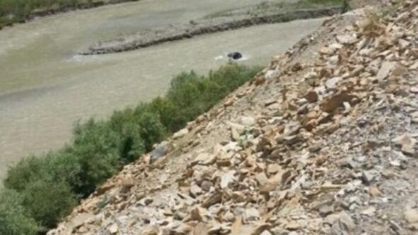 Otomobil Zap Suyuna Yuvarlandı: 4 Yaralı