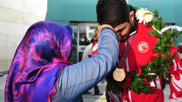 Taha Akgüle Ankarada çiçekli karşılama