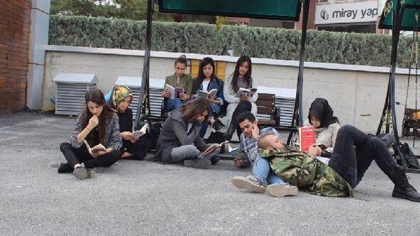 Üniversite öğrencileri meydanda kitap okudu