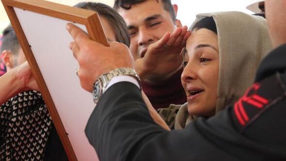 20 gün önce evlendiği şehit eşini asker selamıyla uğurladı
