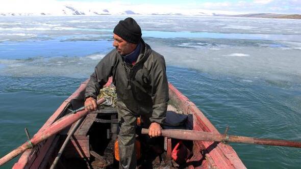 Çıldır Gölünde buzlar çözülmeye başladı
